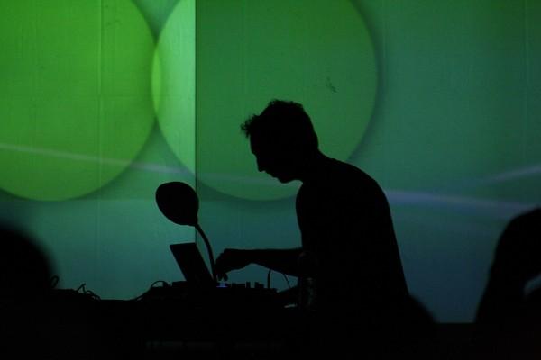 Ein DJ auf dem Sonar Festival bei der Arbeit