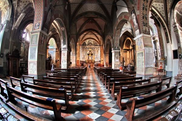 Nur ein Weitwinkelobjektiv kann die Dimensionen einer Kirche erfassen