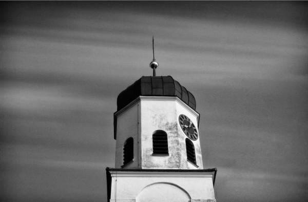 Ein Kirchturm mit einer Belichtungszeit von 5 Minuten fotografiert