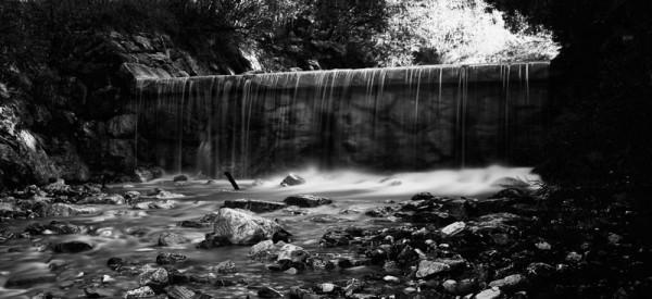 Die Langzeitbelichtung eines Wasserfalls